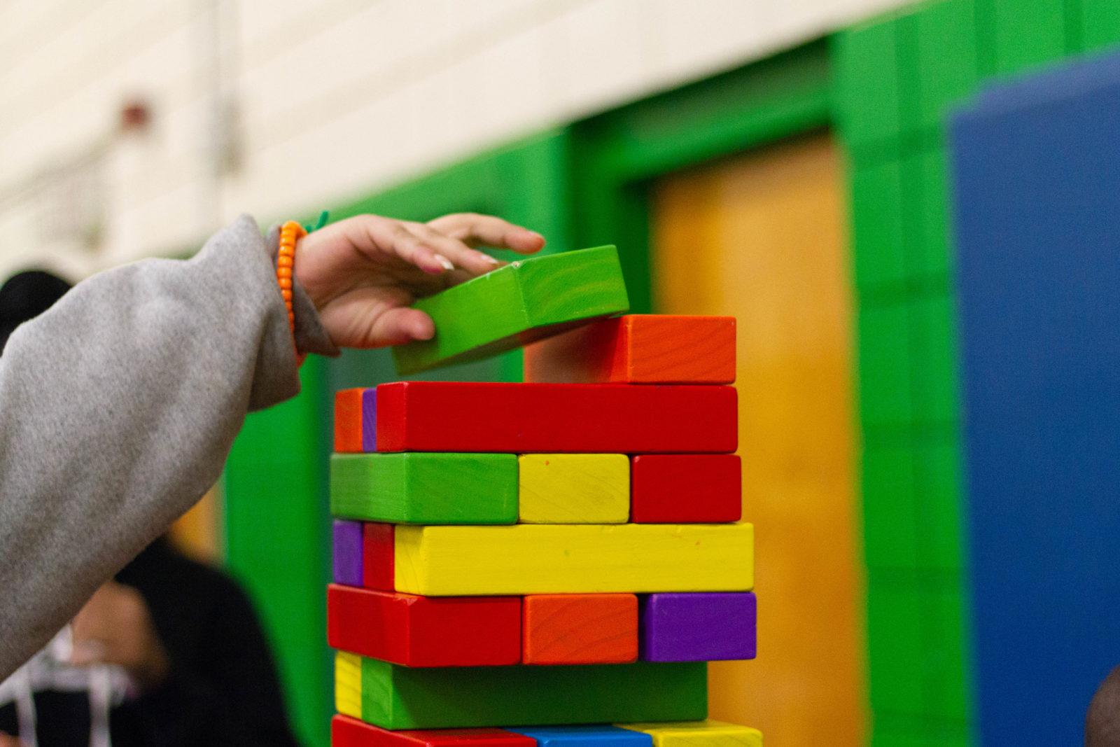 Kind legt block auf einen anderen block
